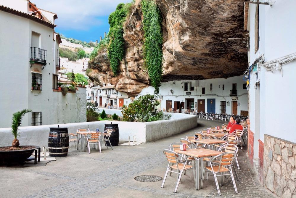 Calle-Cuevas-de-la-Sombra-en-Setenil-de-las-Bodegas.jpg